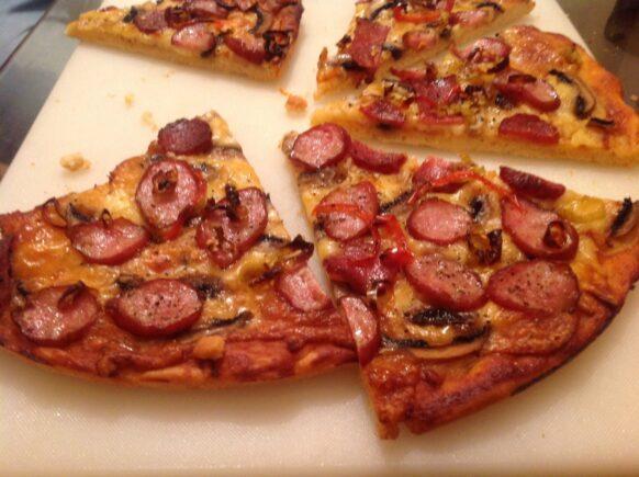 Pizza cu cabanos si cascaval