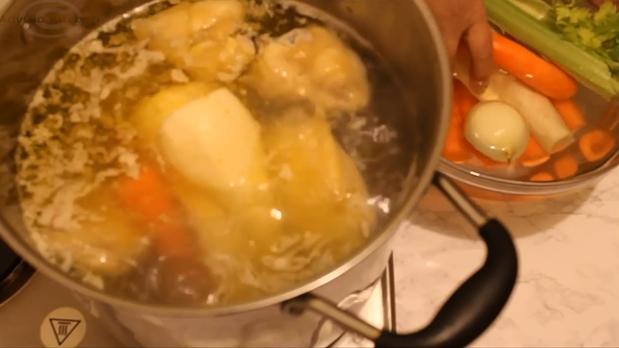 Supa de pui cu galuste de gris legume