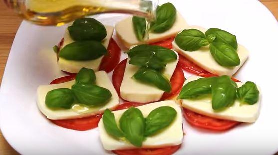 salata caprese busuioc si ulei de masline