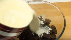 tort de ciocolata cu piersici ciocolata si frisca