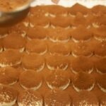 prajitura tiramisu presarat cu cacao dupa care se pune la frigider
