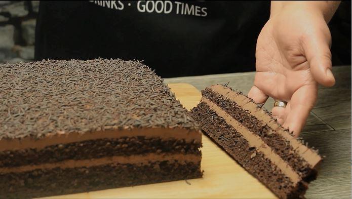 prajitura brigadeiro cu blat ciocolatos si crema fina cu cacao si lapte condensat
