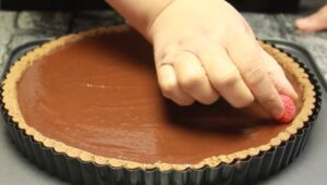tarta cu ciocolata si zmeura decor