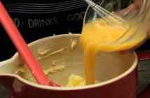 prajitura cu nectarine si afine oua batute