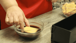 prajitura-cu-biscuiti-si-piscoturi-inmuiere-biscuiti