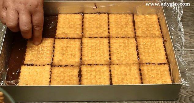 prajitura fara coacere cu ciocolata si frisca strat de biscuiti