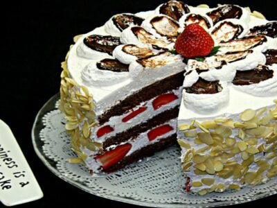 Tort cu frisca si capsuni adygio kitchen