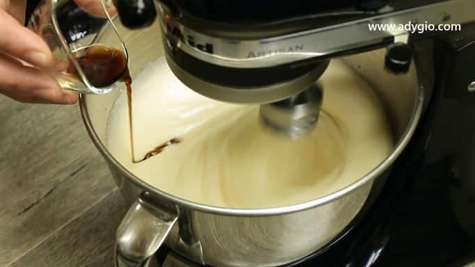 tort cu frisca si capsuni esenta de vanilie