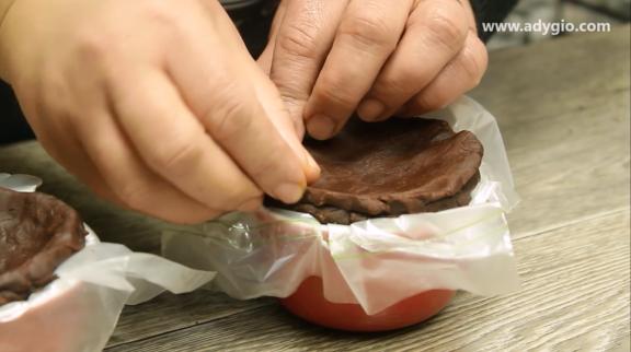 Lava cake cu ciocolata fara coacere punerea capacului