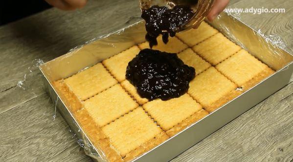 Prajitura in 5 minute cu biscuiti si dulceata