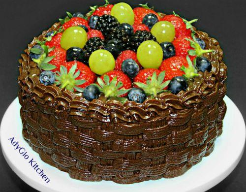 Tort de ciocolata cu fructe si frisca