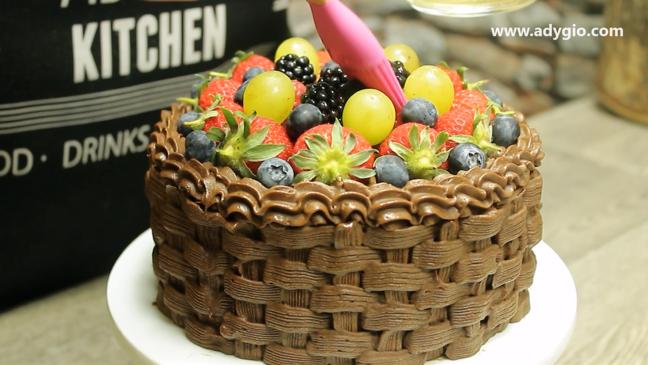 tort de ciocolata cu fructe si frisca cos cu fructe