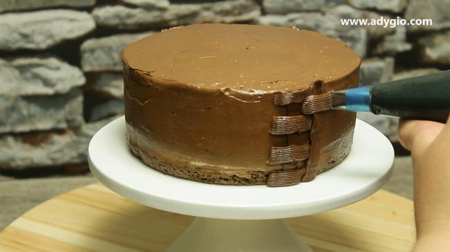 tort de ciocolata cu frisca linii orizontale