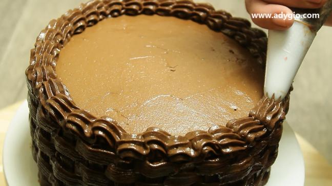 tort de ciocolata cu fructe si frisca contur decor