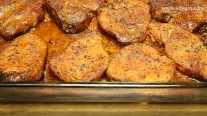 Friptura de porc la cuptor cu sos de rosii si usturoi servire