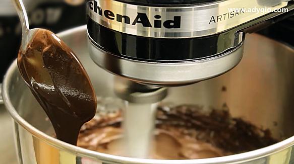 Tort Ferrero Rocher cu ciocolata si alune adaugare ciocolata