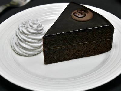 Tort Sacher cu ciocolata si gem de caise adygio kitchen