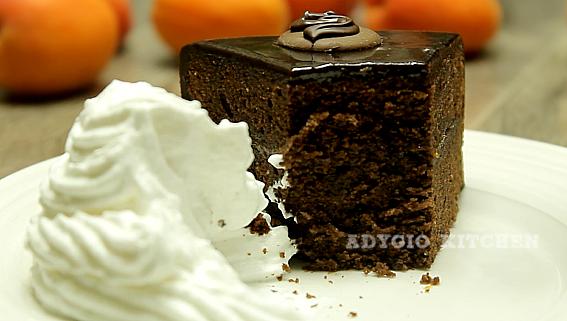 Tort Sacher cu ciocolata si gem de caise felie de tort