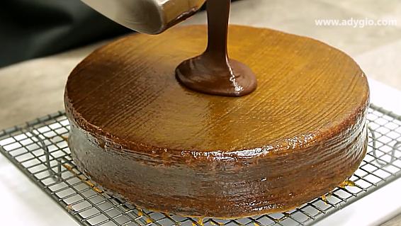 Tort Sacher cu ciocolata si gem de caise glazura