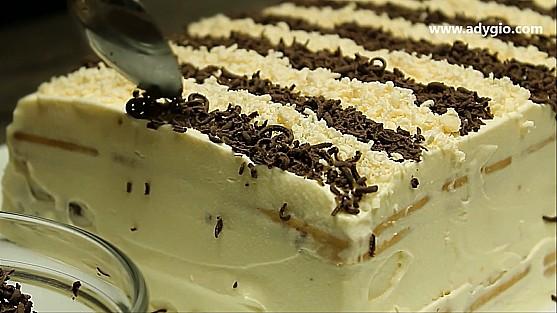 Tort de biscuiti cu frisca decorare cu ciocolata