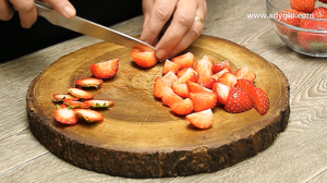 prajitura cu ciocolata si jeleu de capsuni pregatire capsuni