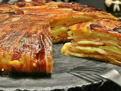 Cartofi la cuptor inveliti in bacon. Cum se fac cei mai buni cartofi la cuptor