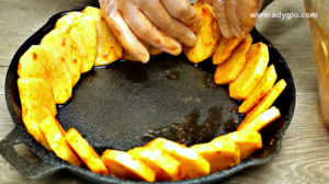 Cartofi la cuptor asezati in tava