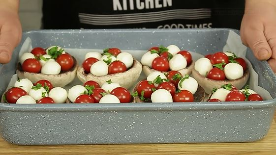Ciuperci umplute cu rosii si mozzarella la cuptor