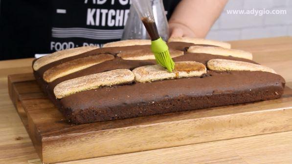 Prajitura negresa in stil tiramisu insiropata cu cafea
