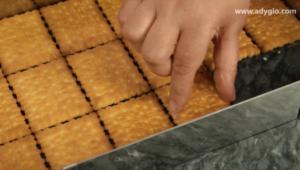 prajitura albinita fara coacere primul strat de biscuiti