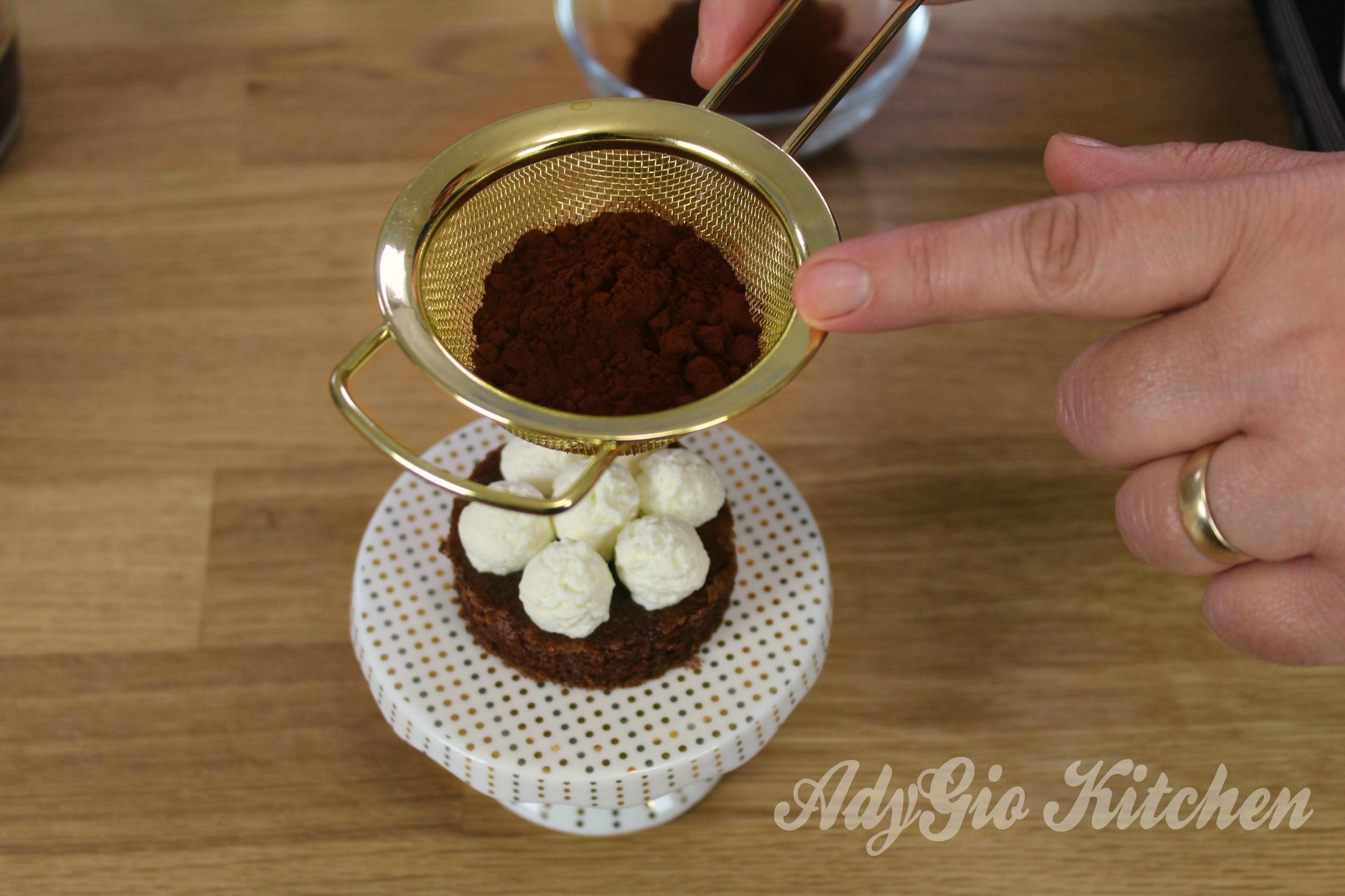 Prajitura Tiramisu cacao pe forma rotunda