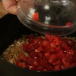 tocanita de vita in sos de ceapa adaugam ardeiul gras