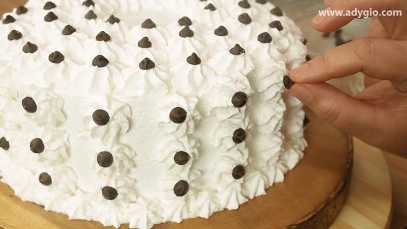 tort cu crema de vanilie si frisca decor