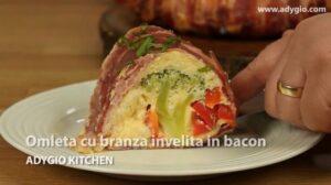 Omleta cu branza invelita cu bacon servita cu ceapa verde