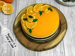 Tort Fanta cu suc de portocale pe masa