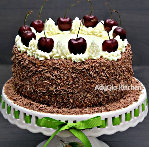 Tort Padurea Neagra cu visine sau cirese un tort nemtesc numit Schwarzwälder Kirschtorte