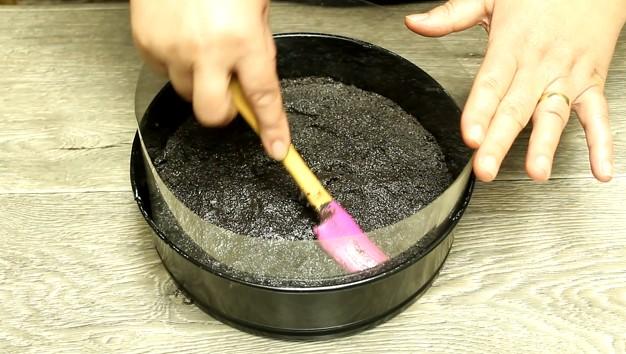 prajitura fara coacere cu iaurt si mure stratul de biscuiti Oreo