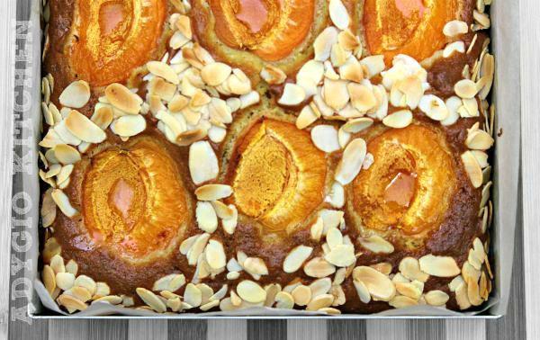 Prajitura fara mixer cu caise prezentare prajitura in tava