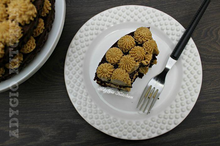 Tort cu crema de unt si cafea felie de tort cu blat aromat cu rom si cafea
