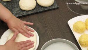 placinte cu branza la cuptor prima bila de aluat pentru placinte babane