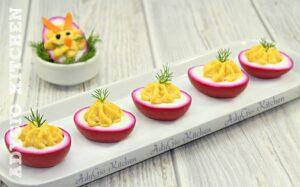 Oua umplute colorate natural,idei de aperitive simple pentru copii