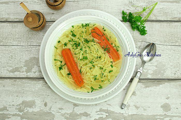 Supa de pui cu taitei de casa , una din cele mai bune supe de pui