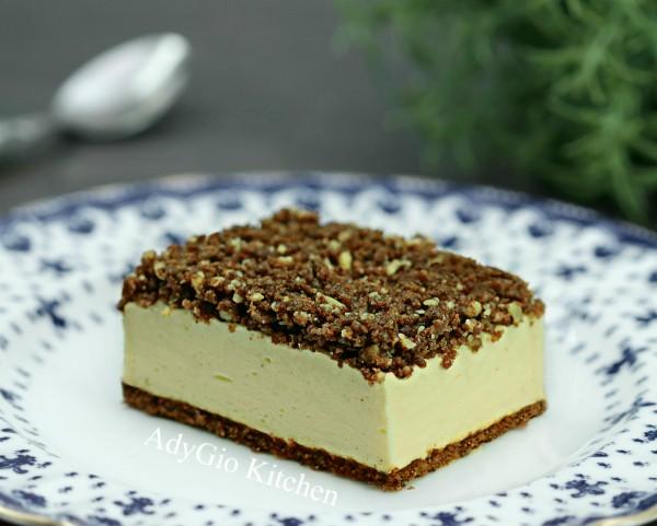 Prajitura Kinder felie de lapte fara coacere cu nuca si crumble de biscuiti, un desert fara coacere delicios