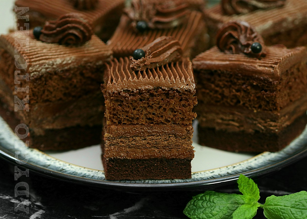 Regina prajiturilor cu ciocolata,prajitura Cleopatra cu ciocolata si blat insiropat