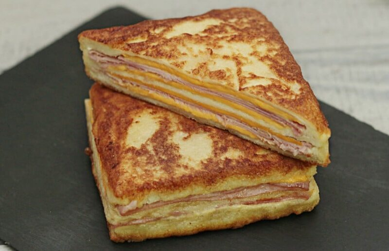 Sandvis cald pane cu sunca si branza sau sandvis Monte Cristo adygio kitchen