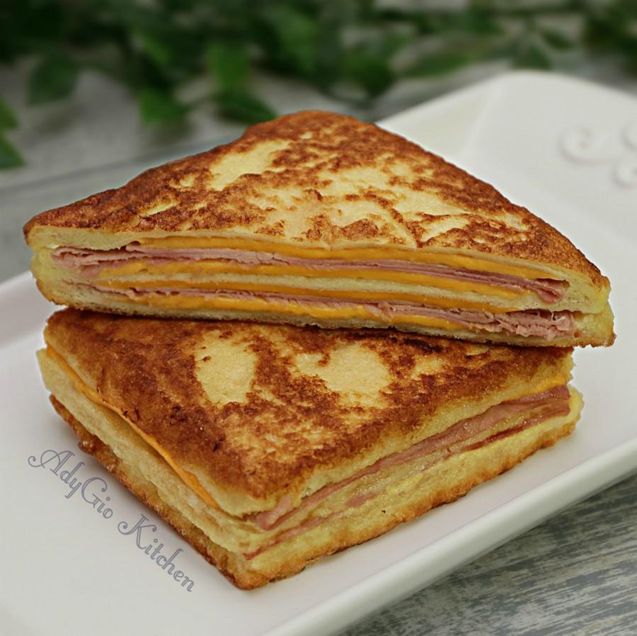 Sandvis monte cristo,sandvis cald pane cu sunca si branza