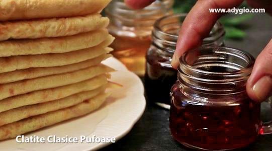 Clatite clasice pufoase care se pot servi cu dulceata sau gem