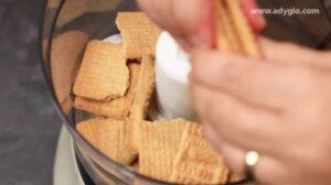 Tort fara coacere marmorat cu cacao si biscuiti maruntiti cu un robot de bucatarie