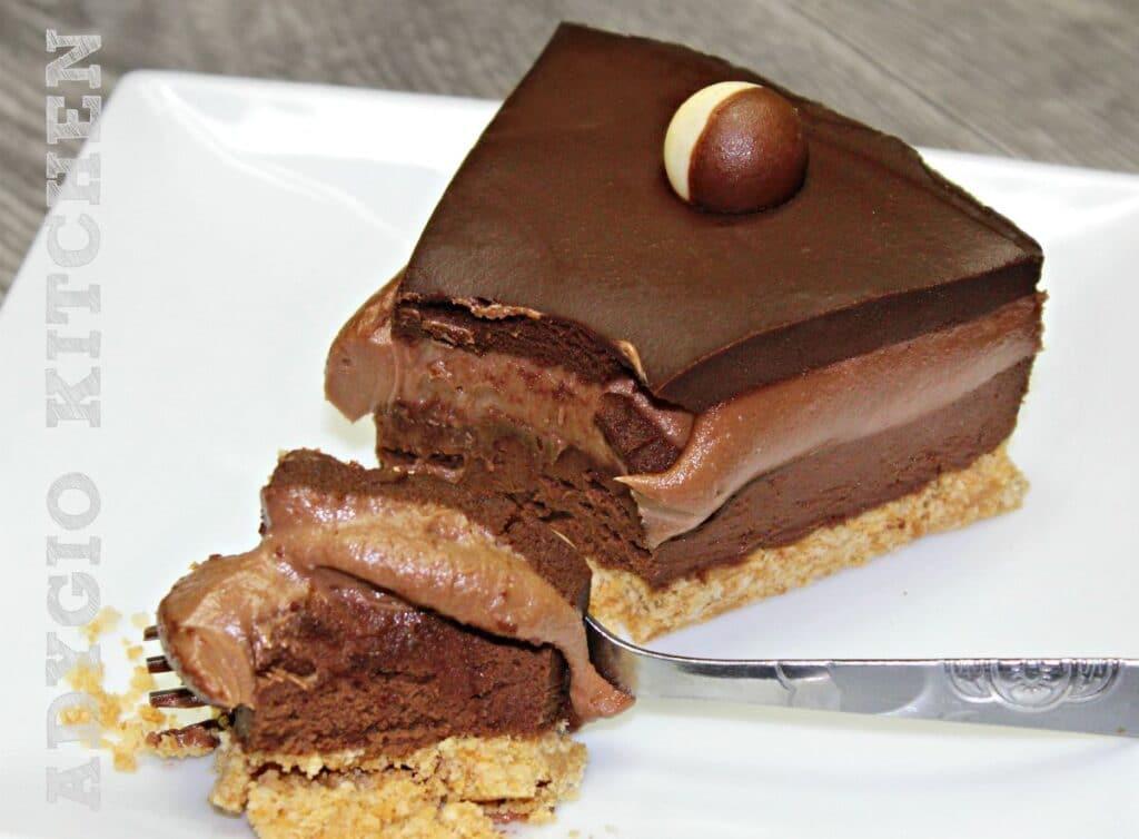 Cheesecake cu ciocolata si nutella, un cheesecake fara coacere super cremos cu blat de biscuiti si doua creme ciocolatoase.