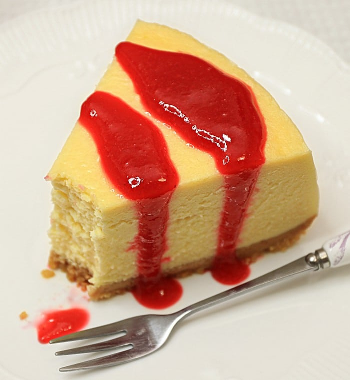 Cheesecake reteta clasica servire cu sos de zmeura